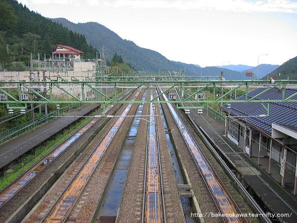 跨線橋から見た土樽駅構内その2
