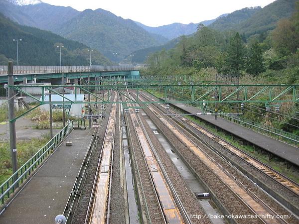 跨線橋から見た土樽駅構内その4