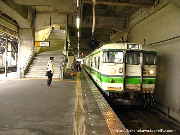 浦佐駅に到着した115系電車