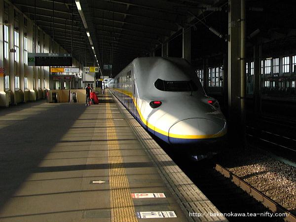 浦佐駅を出発するE4系電車「とき」