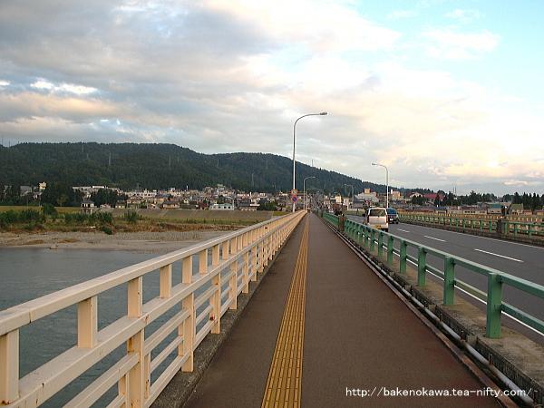 信濃川に架かる旭橋