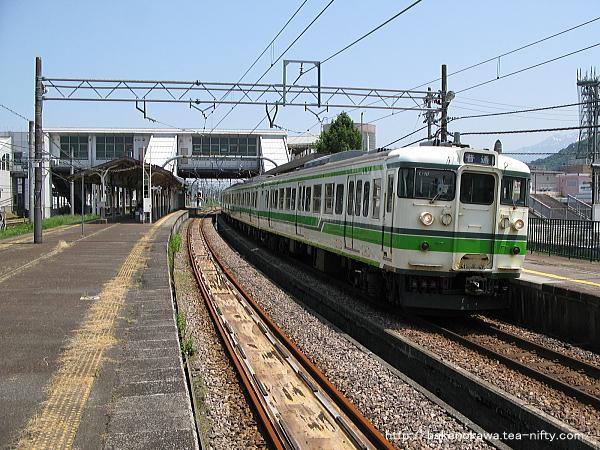 六日町駅を出発する115系電車