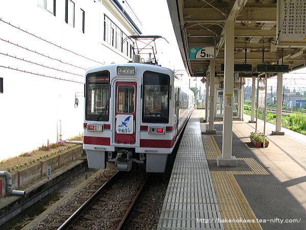 六日町駅から出発するHK100形電車「ゆめぞら号」