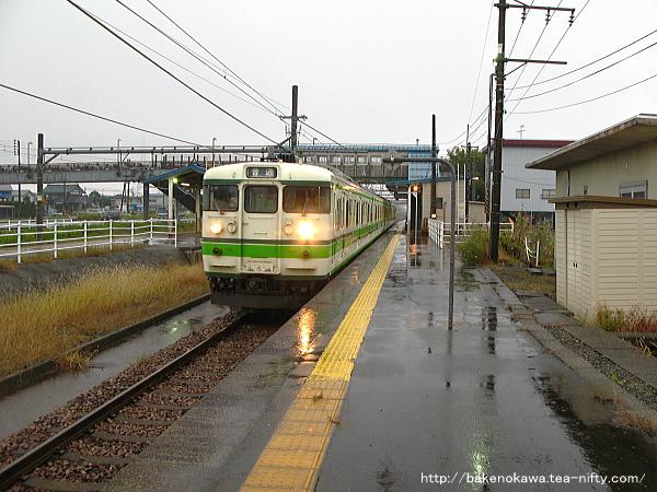 越後滝谷駅に到着した115系電車