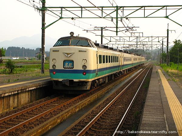 北条駅を通過する485系電車特急「北越」その2