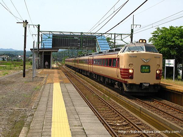 北条駅を通過する485系電車快速「くびき野」