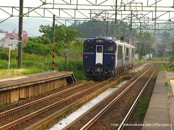 北条駅を通過する快速「越乃Shu*Kura」