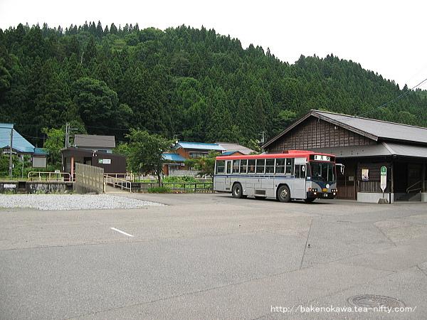 日出谷駅前で待機中の路線バスその2