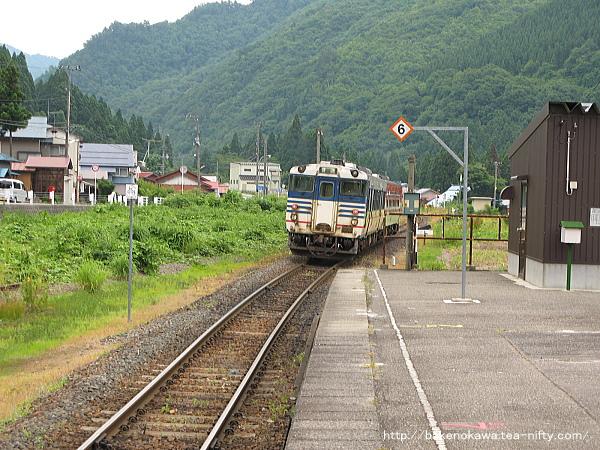日出谷駅を出発したキハ40系気動車