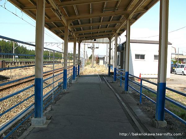 駅舎からホームへ至る通路