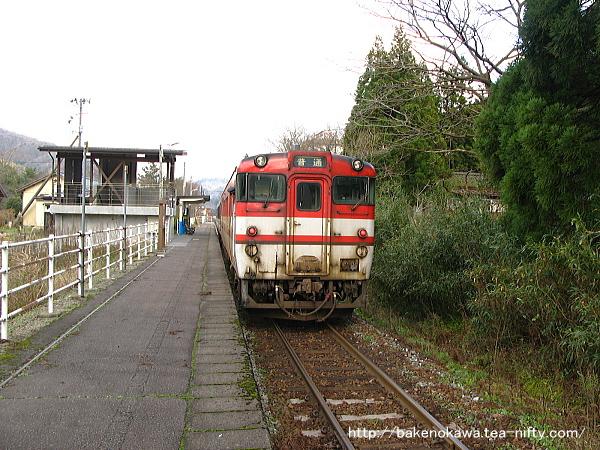 咲花駅を出発するキハ40系気動車