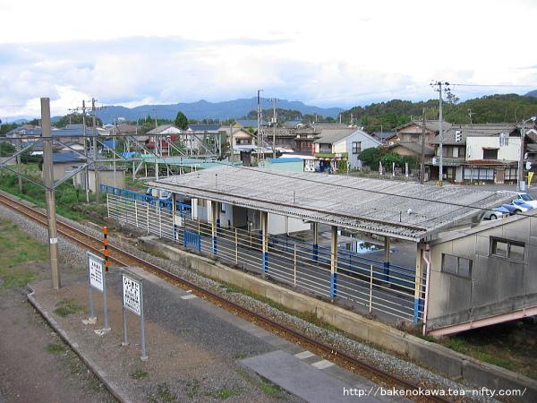 跨線橋上から見た駅舎