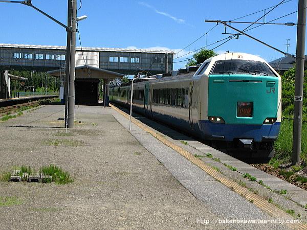 平木田駅を通過する485系電車特急「いなほ」その一