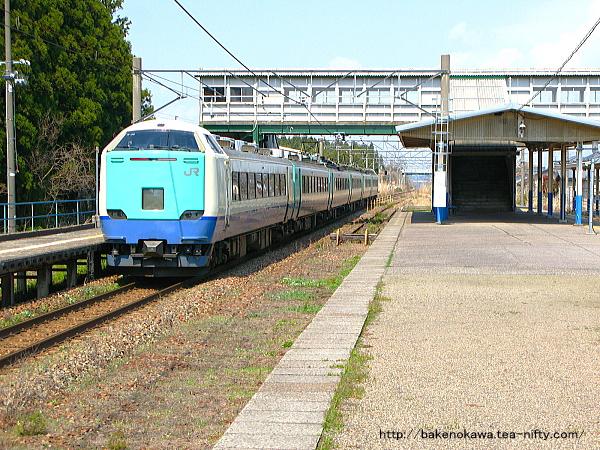 平木田駅を通過する485系電車特急「いなほ」その三