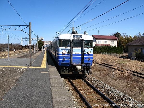 加治駅に停車中の115系電車