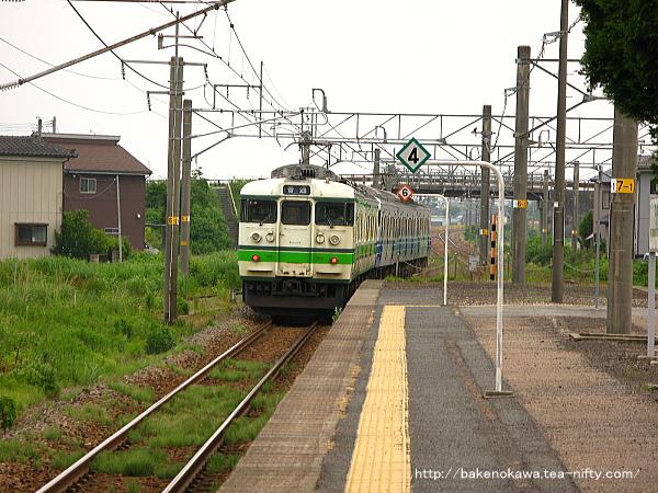 加治駅を出発した115系電車