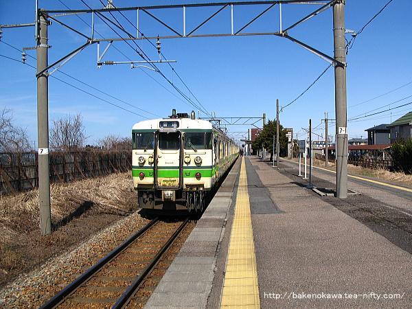 加治駅を出発する115系電車