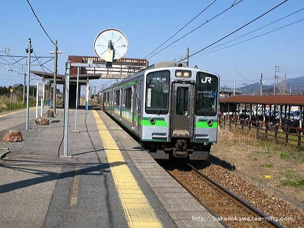 加治駅に停車中のE127系電車