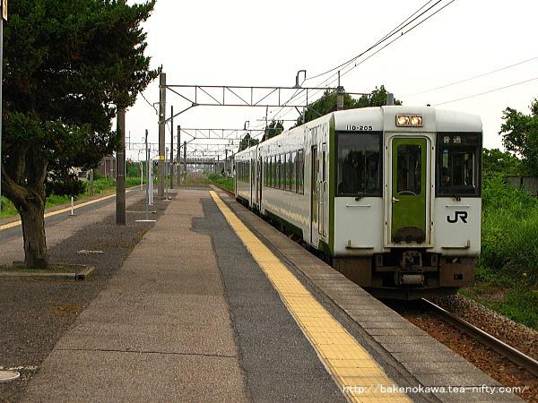 加治駅に進入するキハ110系気動車