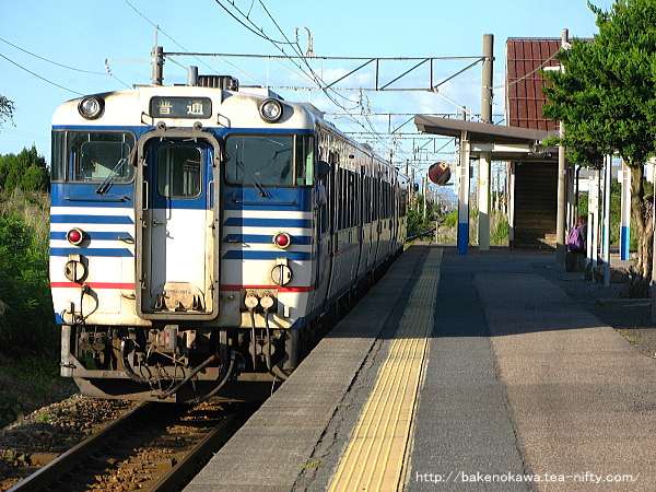 加治駅を出発するキハ40系気動車