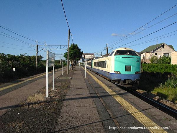 加治駅を通過する485系電車特急「いなほ」