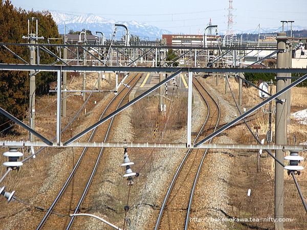 新発田方の陸橋上から見た加治駅構内