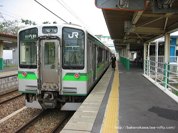 内野駅で折り返し待機中のE127系電車
