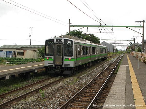 越後曽根駅を出発するE127系電車