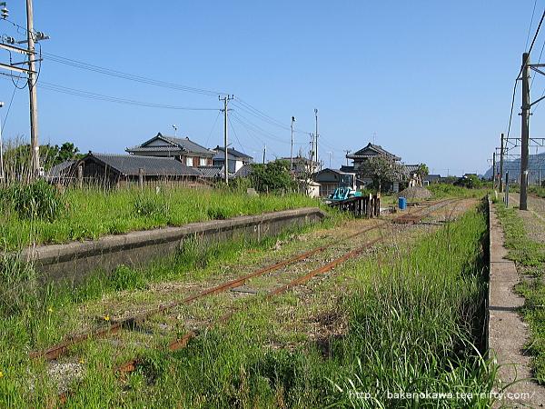 旧貨物引き込み線とホーム跡の様子