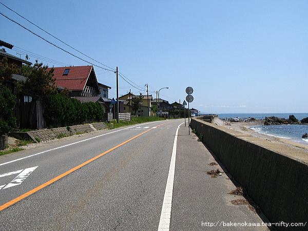 羽越本線と並走する国道345号線