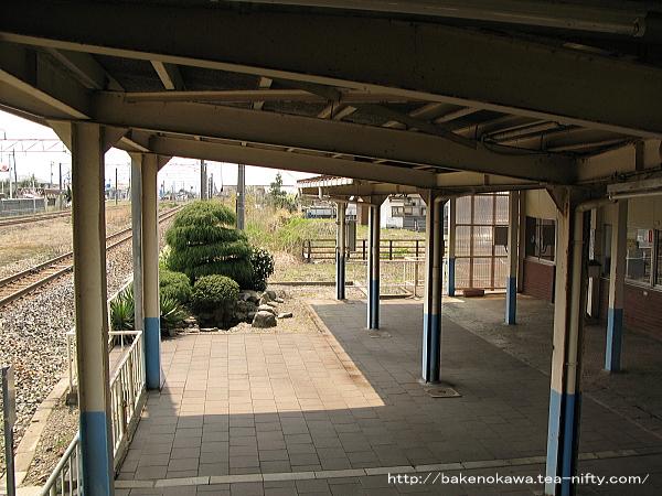 構内側からみた駅舎