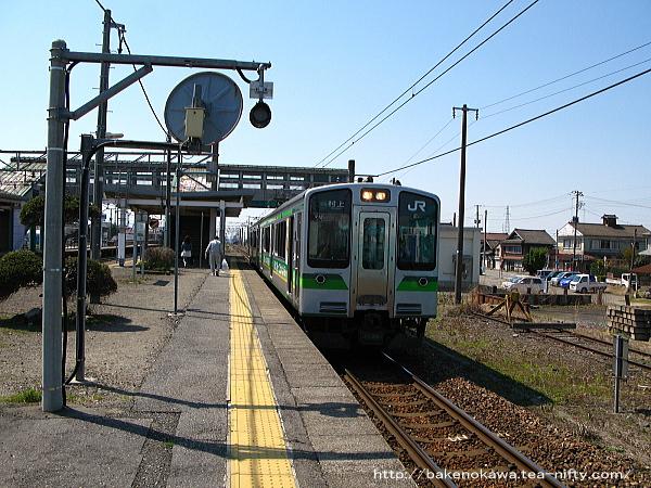 E127系電車が金塚駅に停車中
