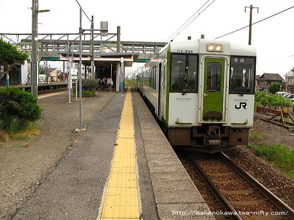 金塚駅を出発するキハ110系気動車米沢行
