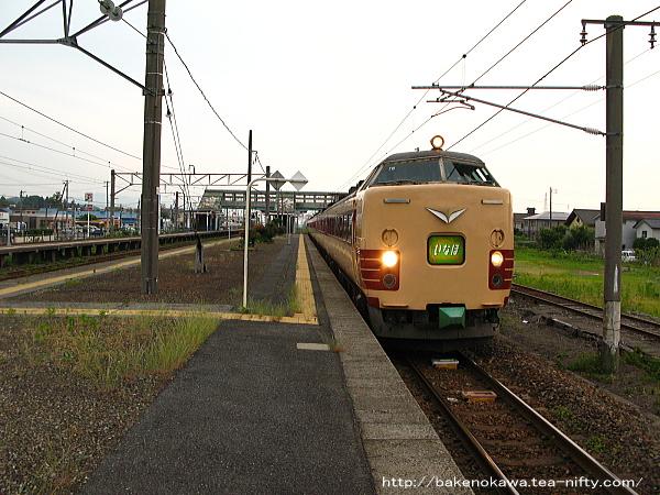 金塚駅で運転停車中の485系電車特急「いなほ」