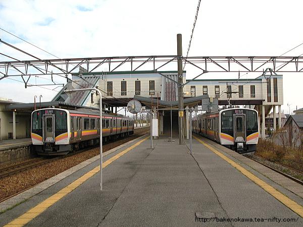 E129系電車同士が新崎駅で行き違い