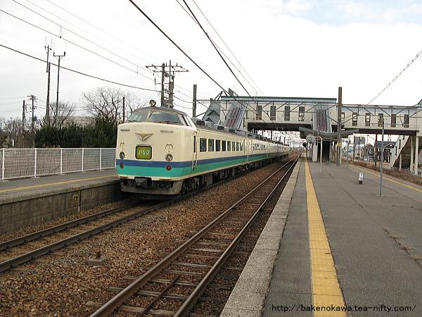 新崎駅を通過する485系電車特急「いなほ」その1