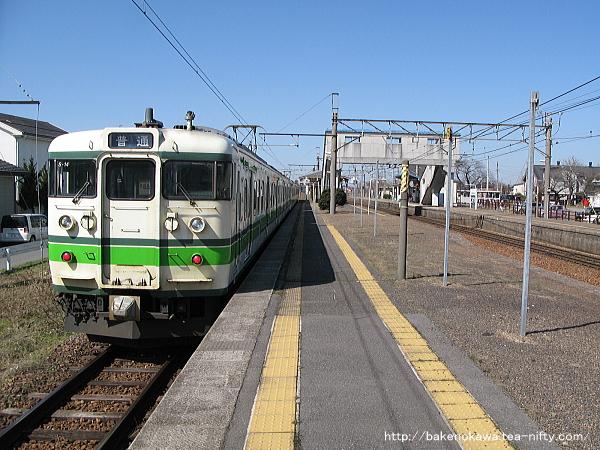 佐々木駅で特急退避中の115系電車