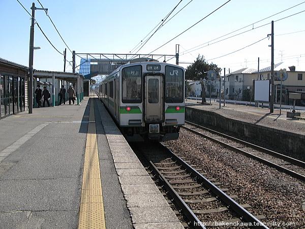 佐々木駅に停車中のE127系電車