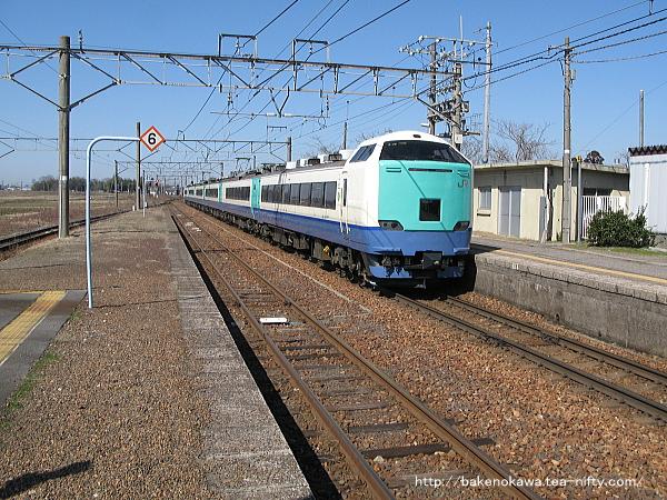 佐々木駅を通過する485系電車特急「いなほ」その一