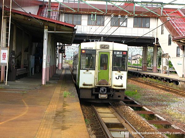 宮内駅を出発したキハ110系気動車