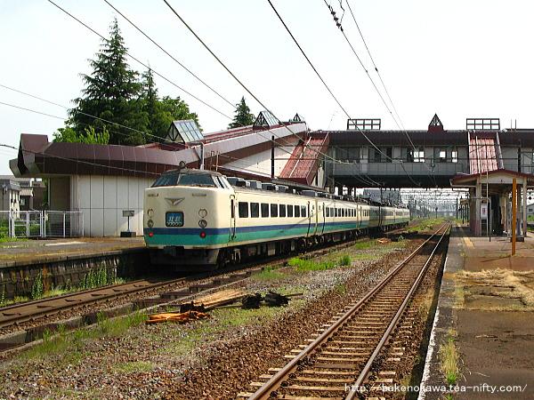 宮内駅を通過する485系電車特急「北越」