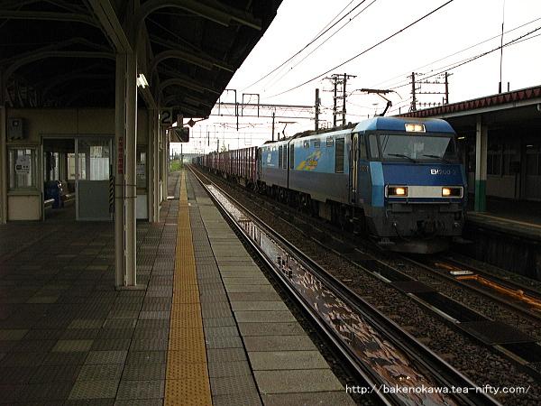 来迎寺駅を通過するEH200形電気機関車牽引の貨物列車
