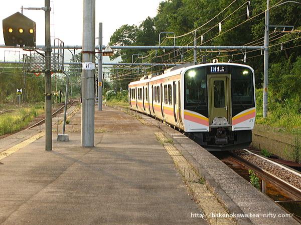 越後川口駅に進入するE129系電車