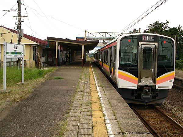潟町駅に停車中のE129系電車