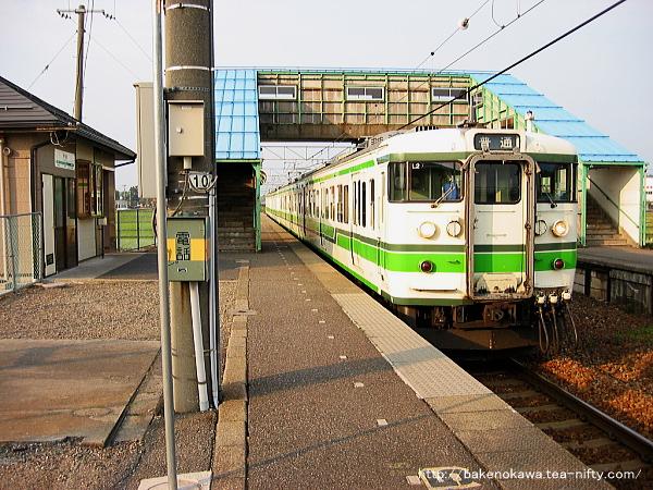 115系電車が中浦駅を出発