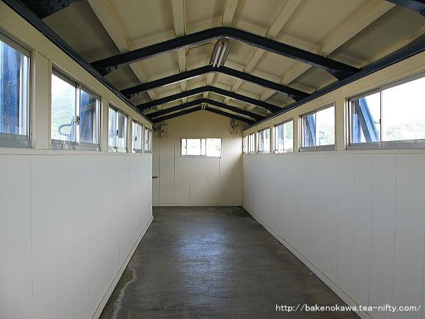 鼠ヶ関駅の跨線橋内部