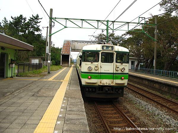 上下浜駅を出発する115系電車