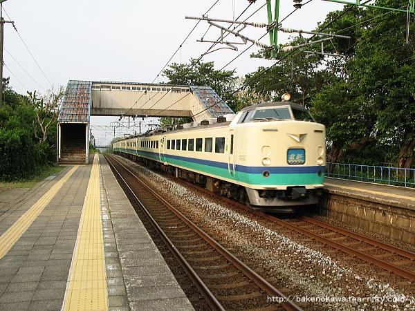 上下浜駅を通過する485系電車特急「北越」