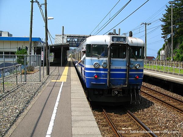 鯨波駅に停車中の115系電車