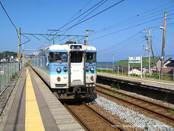 鯨波駅を出発する115系電車その2